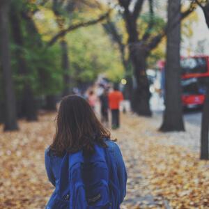 Caminando sola camino al colegio